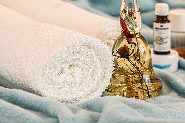 handtuch und massageöl