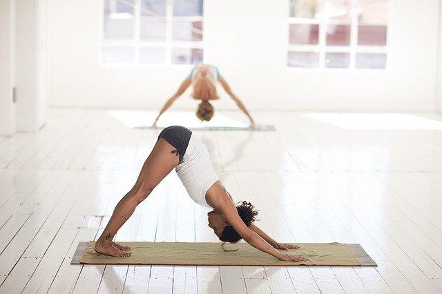 muslimin beim sport und yoga